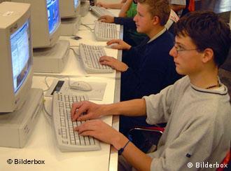 Jugendliche sitzen am Computer