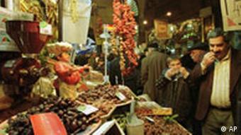 Stand mit Datteln auf einem Markt in Istanbul, Türkei