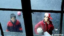 Kinder spielen Ball - Scheibe kaputt