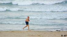 Mann joggt am Meeresstrand