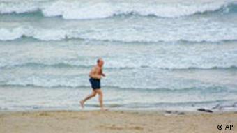 Rentner joggt am Strand p178