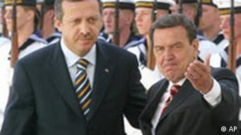 Bundeskanzler Gerhard Schröder, rechts, und der türkische Ministerpräsident Recep Tayyip Erdogan