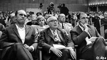 (L-r) Der Schriftsteller Heinrich Böll, der Soziologie-Professor Theodor Adorno und der Verleger Siegfried Unseld hören am 28.5.1968 bei einer Veranstaltung gegen die Notstandsgesetzgebung im Groflen Sendesaal des Hessischen Rundfunks in Frankfurt am Main einem Vortrag zu. Zahlreiche prominente Vertreter aus Wissenschaft und Kunst, darunter Frankfurter Professoren und der Verleger Unseld riefen bei dem Treffen vor einem geladenen Publikum zum Widerstand gegen die Bonner Notstandsgesetze auf.