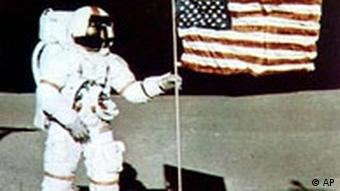 نیل آرمسترانگ با پرچم آمریکا بر روی ماه