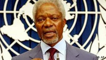 Annan spricht, hinter ihm das UNO-Logo