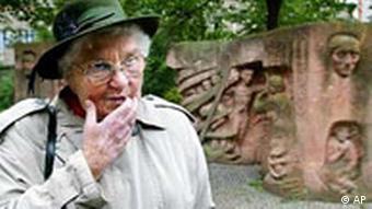 Одна из свидетельниц событий 1943 года у памятника на Розенштрассе