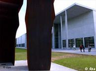 Parte da escultura 'Buscando la Luz', de Eduardo Chillida, diante da Pinacoteca Moderna, de Munique