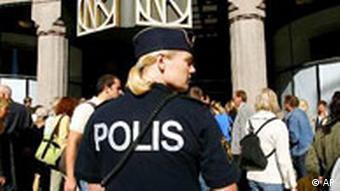 Polizei vor dem Kaufhof Nordiska Kompaniet in Stockholm