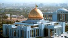 Blick auf den Palast des Präsidenten in der turkmenischen Hauptstadt Aschchabad, aufgenommen im September 2001. Turkmenistan: Ashgabat - Palace of the President View of the president's palace in the Turkmenian capital Ashgabat. Picture taken September 2001.