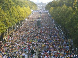Zigtausend Läufer starten vor dem Brandenburger Tor in Berlin zum Berlin-Marathon (Bild: AP)
