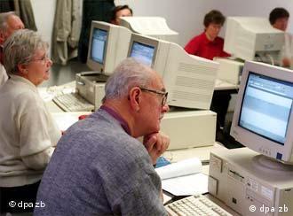 Idosos à frente do computador