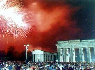 Festa da reunificação no Portão de Brandemburgo, em Berlim, em 3 de outubro de 1990