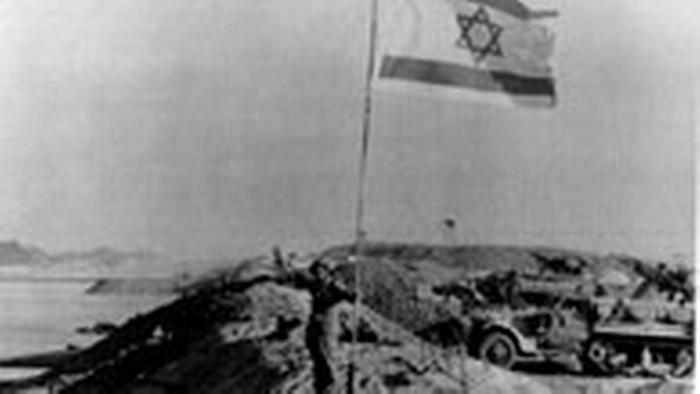 Ein Soldat hisst die israelische Flagge in East Bank am Suez kanal während des Yomkibur Yom Kippur Krieges 1973 zwischen Israel und den Arabischen Staaten