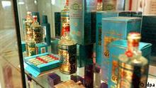 Verschiedene 4711-Parfümflaschen werden am 29.1.2001 im Museum des 4711-Traditionshauses der Muelhens GmbH in der Kölner Glockengasse ausgestellt. Das Unternehmen Muelhens produziert das Echt Köllnisch Wasser, das bereits seit 1792 in der Domstadt hergestellt wird. Inzwischen ist Muelhens eine Tochter-Gesellschaft der Wella AG, die die Aktivitäten ihrer internationalen Duft-Sparte durch die Holdinggesellschaft Cosmopolitan Cosmetics GmbH am Standort Köln konzentriert hat. Cosmopolitan tritt als Holding für die nationalen, firmenrechtlich weiterhin selbständigen Stammhäuser Muelhens (Deutschland) und Rochas (Frankreich) sowie deren Unternehmen in 15 Ländern auf. Der Marktanteil des Unternehmens liegt nach eigenen Angaben in Deutschland bei 15,1 Prozent und weltweit bei etwa 5,3 Prozent.