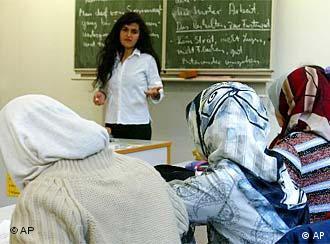 Unterricht türkische Schülerinnen mit Kopftuch im Schulzentrum in Bremen. (Foto: ap)