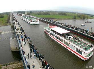En octobre 2003, les premiers bateaux ont traversé les 918m du pont-canal de Magdebourg.