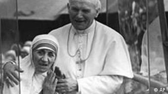 مادر ترزا ۶ سال پس از مرگ متبرک شد. شخص سمت راستی، کارول یوزف وویتوا، مشهور به ژان پاپ پل دوم، رهبر پیشین کلیسای کلتولیک-رومی است