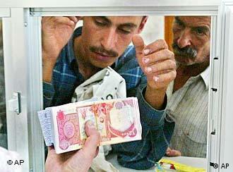 Mann in Irak erhält Geld(Foto:AP)
