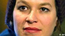 Die Schauspielerin Franka Potente, aufgenommen waehrend einer Pressekonferenz in Leipzig am 9. April 2003. In einem am Montag, 13. Okt. 2003, vorab veroeffentlichten Interview mit der Zeitschrift Brigitte Young Miss erklaerte die Kuenstlerin, bei der Auswahl ihrer Freunde sehr vorsichtig zu sein. Zu viele wuerden sich nur fuer ihren Promi-Status interessieren. Ueber die Jahre habe sich jedoch gute Sensoren entwickelt zu erkennen, wenn jemand nur mit ihr angeben wolle. (AP Photo/Eckehard Schulz) ** zu APD1828 **