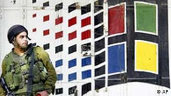 Microsoft Logo in Israel mit Soldat
