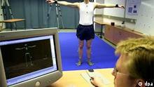 Der Wissenschaftliche Mitarbeiter Winfriedd Ilg (r) von der Universität Tübingen testet am 9.4.2003 mit dem Wissenschaftlichen Mitarbeiter Jan Jastorff ein neu entwickeltes dreidimensionales Infrarot-Abtastsystem. Mit dem System und dem dazugehörenden Programm sollen zum Beispiel Frühssymptome der Parkinson Krankheit erkannt werden.